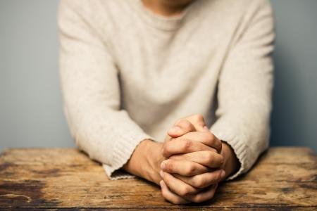 manos orando: Hombre de oraci�n en el escritorio viejo