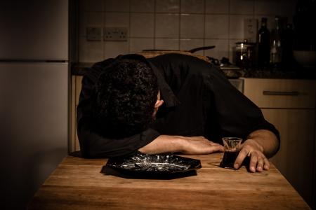 hombre solo: Hombre triste cenar y beber vino solo en su cocina
