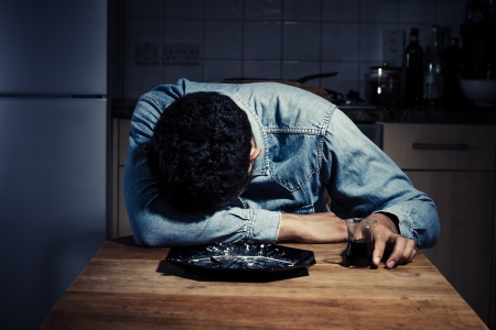 unmarried: Hombre triste y solitario acaba de terminar su cena y ahora est� bebiendo vino