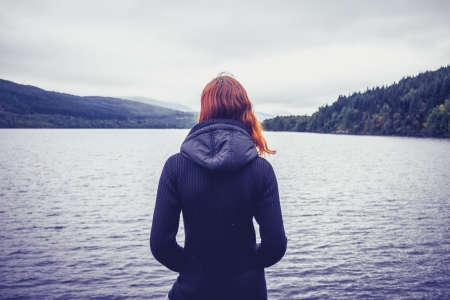 湖を見て若い女性