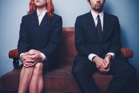 entrevista: Empresaria y hombre de negocios estoy esperando en el sof� Foto de archivo