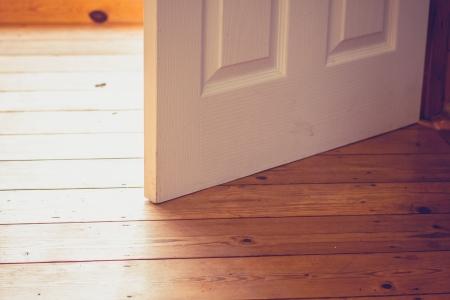 offen: Offene Tür und Holzboden auf einem sunyy Tag