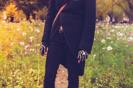 skelett mensch: Goth in schwarz gekleidet ist stading in einer Wiese Lizenzfreie Bilder