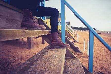cabane plage: Randonneur assis sur les marches de la cabane de plage