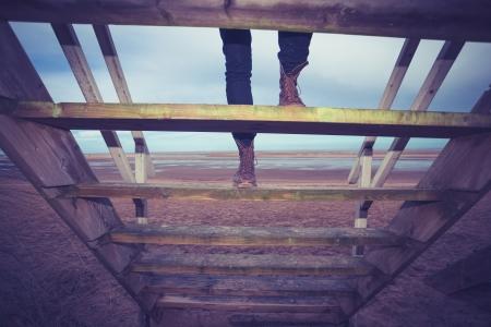 cabane plage: Randonneur monter les escaliers � la cabane de plage Banque d'images