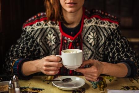 donna che beve il caff�: Giovane donna che beve il caff� in un bar Archivio Fotografico
