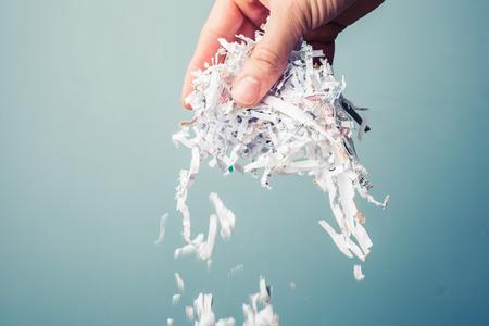 Main tient un tas de papier déchiqueté