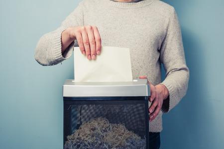 De mens is het verscheuren van een stuk papier Stockfoto