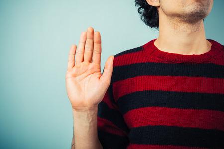 mano derecha: �tnico hombre joven est� prometiendo allegience con la mano derecha levantada Foto de archivo
