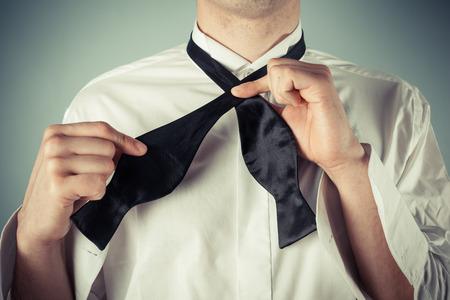 noeud papillon: Jeune homme montre comment attacher un lien formel de l'arc Banque d'images
