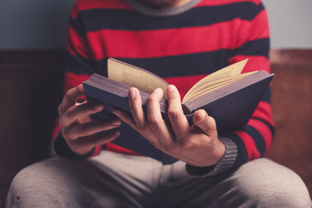 estudiando: Primer en un hombre leyendo un libro grande y pesado