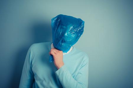 suffocating: Un uomo con un sacchetto di plastica sopra la sua testa � soffocante