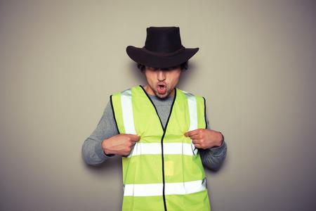 pezones: Un constructor de vaquero descarado es que llevaba un chaleco de alta visibilidad y retorciendo sus pezones
