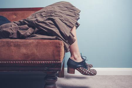 若い女はソファでリラックス 写真素材