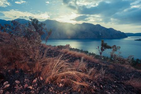 clima tropical: Puesta de sol sobre una colina �rida en un clima tropical