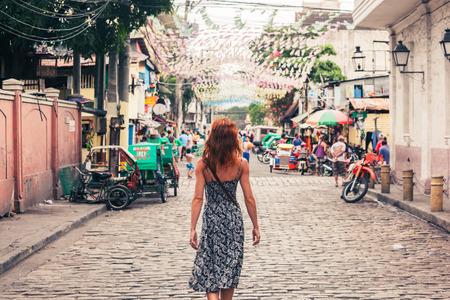 far east: Una mujer caucásica joven está caminando en Manila