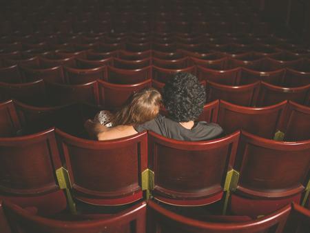 teatro: Vista posterior disparo de una joven pareja sentada en un cine Foto de archivo