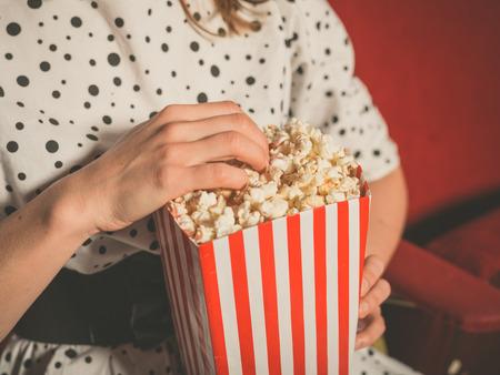 palomitas de maiz: Primer en una joven de comer palomitas de ma�z en un cine