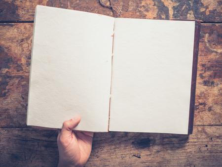 男性の手と木製のテーブルで大きなメモ帳 写真素材
