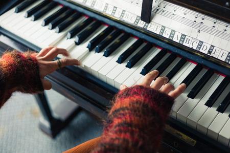 tocando el piano: Las manos de una mujer joven como ella está jugando el piano Foto de archivo