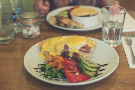 royale: Un plato con huevos royale y salm�n en un caf�
