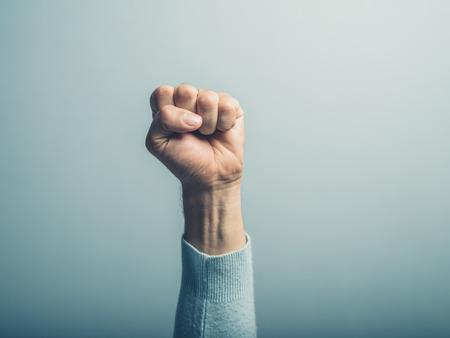 puños cerrados: Un puño cerrado es masculino en el aire Foto de archivo