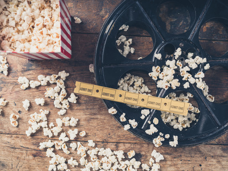 Cinema concept van de vintage film reel met popcorn en film tickets