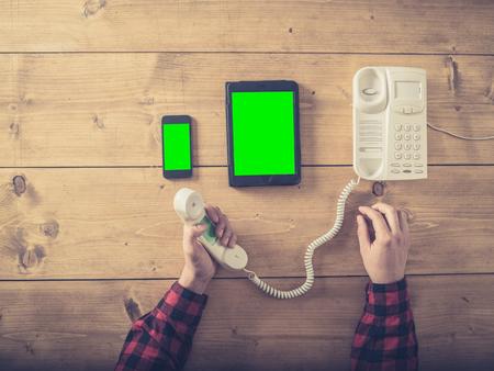 tir aérien d & # 39 ; un homme à une table avec un téléphone intelligent téléphone intelligent et téléphone portable