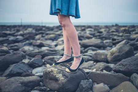455f668fc Una Mujer Descalza Hermosa Joven Que Llevaba Una Falda Está Sentado ...
