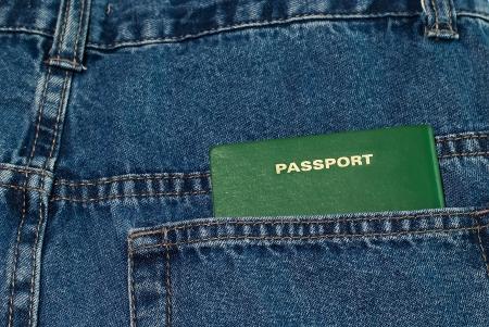 foto carnet: La orientaci�n horizontal de la foto del pasaporte verde en blue jeans bolsillo trasero