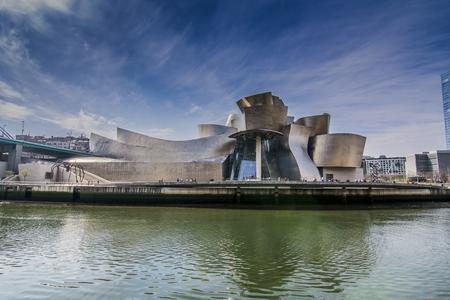 Bilbao, Spanien; 03 11 2017: Blick auf das Guggenheim Museum Bilbao von der anderen Seite des Flusses