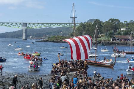 Catoira, Galizia, Spagna. 2 agosto 2015: la ricostruzione dello sbarco di Catoira da parte dei Normanni dell'XI secolo e la difesa delle Torres de Oeste