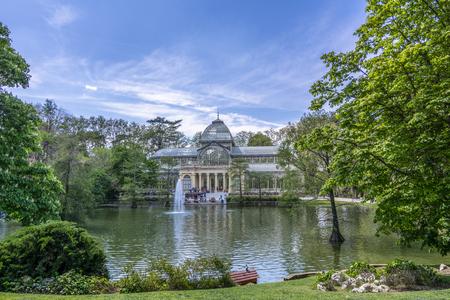 Madrid, España - abril de 2017: Crystal Palace (Palacio de Cristal) en el Buen Park del Retiro (Parque de El Retiro) en Madrid, España. Editorial