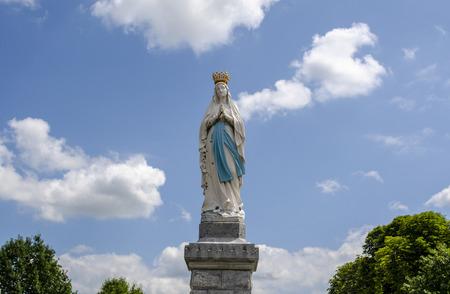 Lourdes, Frankrijk; Augustus 2013: Standbeeld van Onze Lieve Vrouw van Onbevlekte Ontvangenis. Lourdes, Frankrijk, belangrijkste katholieke bedevaartsoord. Stockfoto