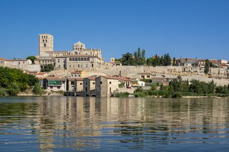 San Salvador Cathedral of Zamora and acenas (water mills), view from Duero river. Castilla y Leon, Spain. Banco de Imagens