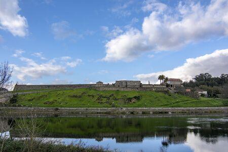 Mio river and walled enclosure of Salvatierra de Mi  o from Moncao 版權商用圖片