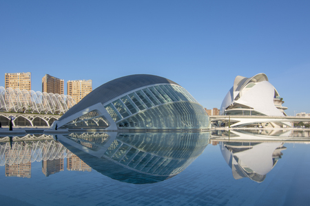 Valencia, España; Marzo de 2017: vista de uno de los edificios de la Ciudad de las Artes y las Ciencias llamado L'Hemisf? Ric en un hermoso día cálido