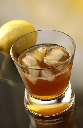 intoxicant: Sazerac con ghiaccio tritato e un limone in background Archivio Fotografico