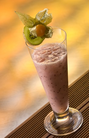 ice crushed: Smoothie with cranberry, kiwi and crushed ice