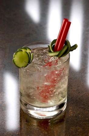 ice crushed: Beker van de Pimm nr. 1 met gemalen ijs, rode verbeelding en segmenten van komkommer