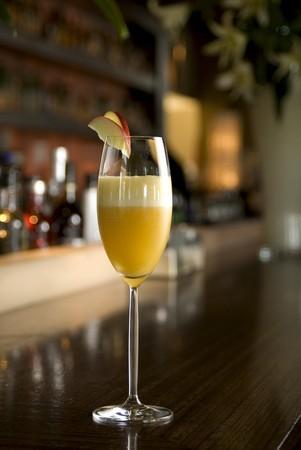 intoxicant: Bellini Cocktail Champagne con una fetta di mela nella barra impostazione.