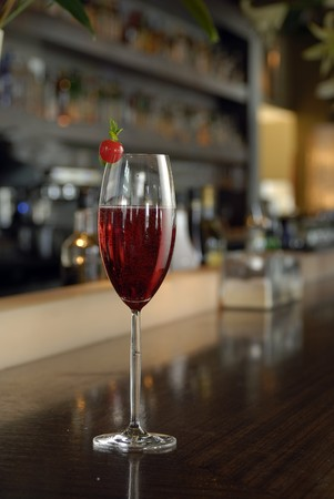 intoxicant: Famoso Kir Royal Cocktal con pomodori ciliegia in un bicchiere di champagne. Archivio Fotografico