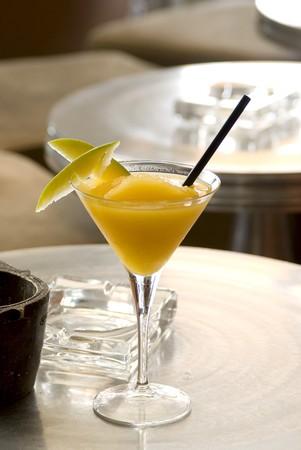 pellucid: Mango Daiquiri con dos rebanadas de mango en vaso de martini