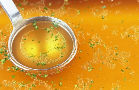 bulion: rosół z ziół i łyżką metall.
