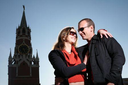 red square moscow: Pareja joven besar a la Plaza Roja, Mosc�, Rusia