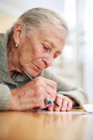 Portret van een hooggeplaatste dame schriftelijk. Close-up, ondiepe DOF. Stockfoto