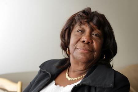 Portret van ouderen African American vrouw kijkt naar camera Stockfoto