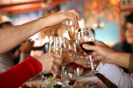 brindis champan: Celebraci�n. Manos que sostienen los cristales de champ�n y el vino que hacen una tostada. Foto de archivo