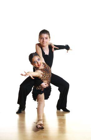 ni�os danzando: Los j�venes bailarines aislados en fondo blanco