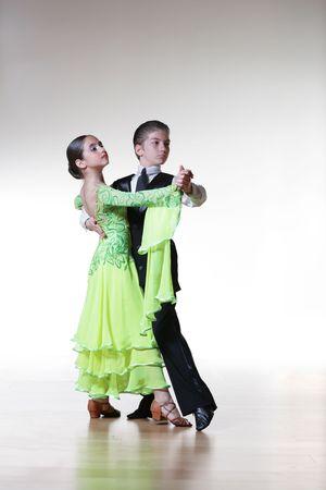 enfants qui dansent: Gar�on et une fille danser la danse de salon